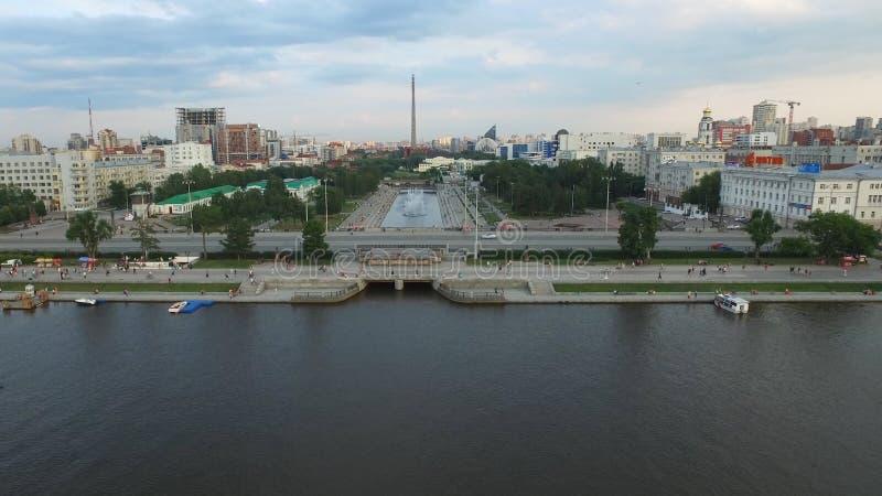 Stort modernt centrum som beskådas från över Härligt av stad Yekaterinburg för flyg- sikt med floden, Ryssland royaltyfri foto