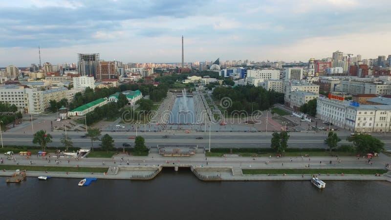 Stort modernt centrum som beskådas från över Härligt av stad Yekaterinburg för flyg- sikt med floden, Ryssland royaltyfri fotografi
