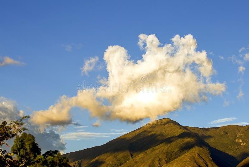 Stort moln ?ver berget royaltyfri bild