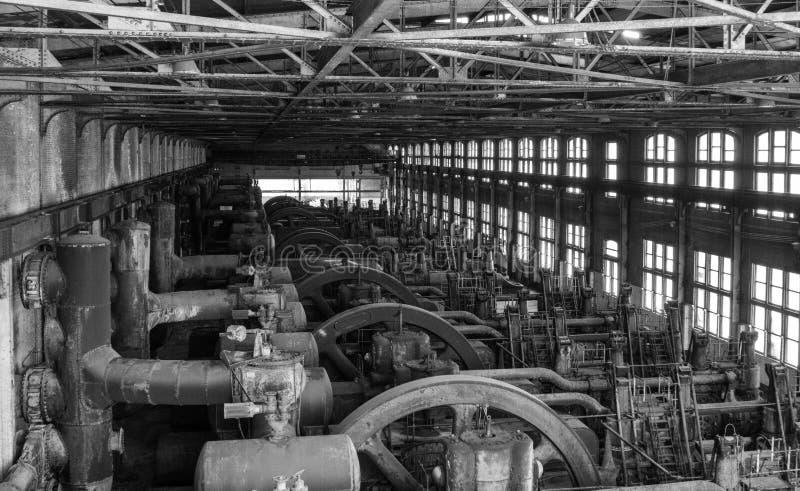 Stort motorhus i historisk stålväxt arkivfoto