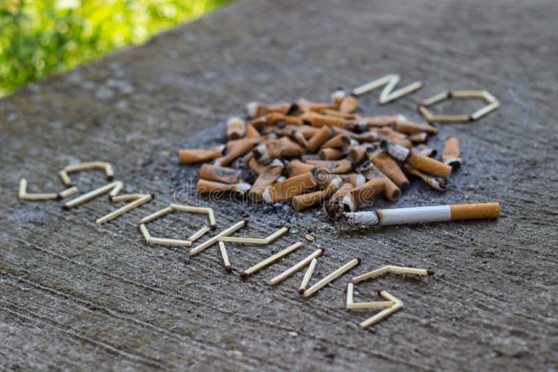 Stort nummer avcigaretter ingen teckenrökning royaltyfri foto