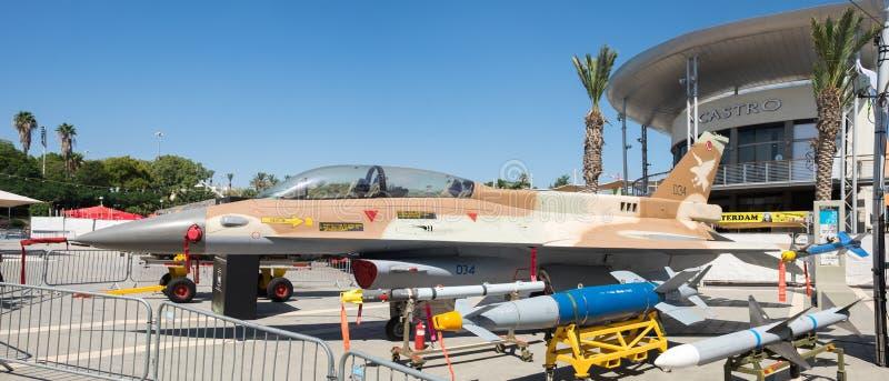 Stort panorama- foto av falken för stridighet F-16 arkivfoto