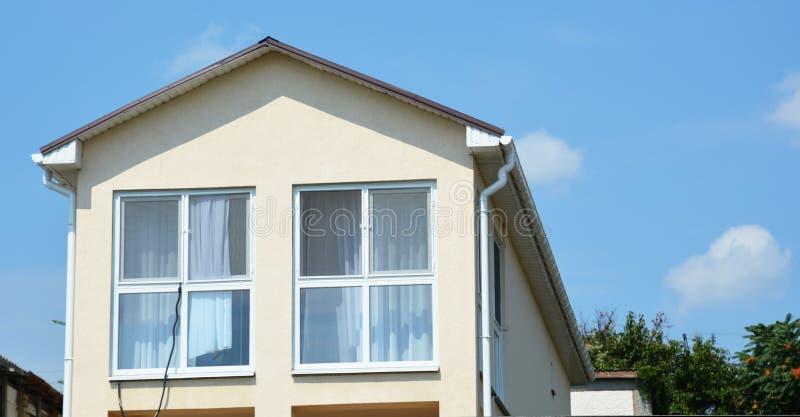 Stort panorama- mansard foto för hustakfönsterfönster V?gg f?r lofttakf?nsterf?nster Byggande modern huskonstruktion med metallta arkivfoto
