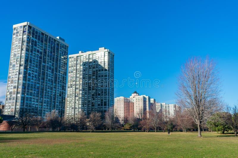 Stort parkera med gräs och bostads- byggnader i Edgewater Chicago fotografering för bildbyråer