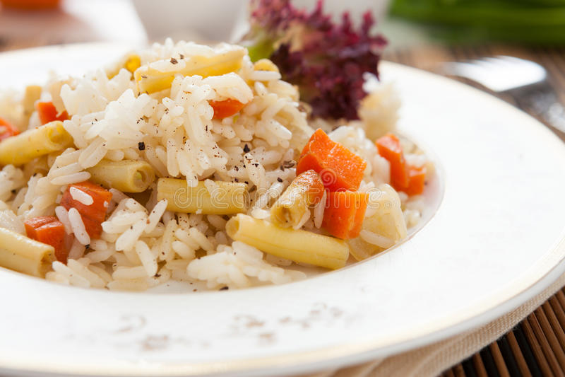 Stort plätera av läcker rice med grönsaker fotografering för bildbyråer