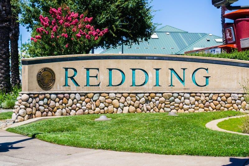 Stort Redding tecken på ingången i staden royaltyfri bild