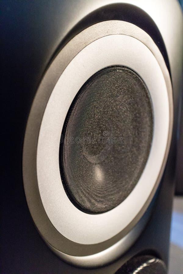 Stort runt tyg täckte högtalaren i en ask royaltyfri foto