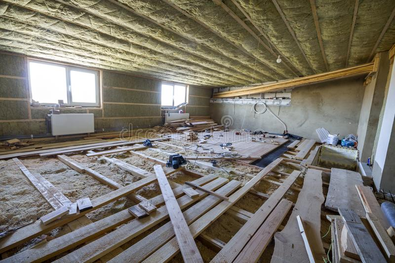 Stort rymligt ljust tomt loftrum under konstruktion och renovering Mansardgolvet och takisolering med vaggar ull Fiberg royaltyfri bild