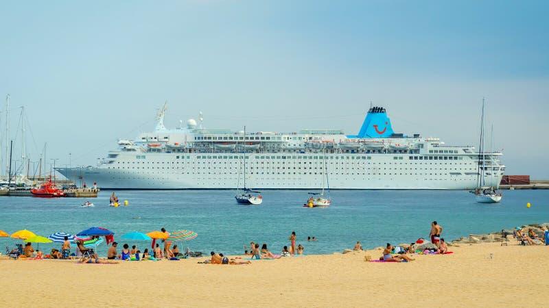 Stort skepp, namn Marella Dream, från Malta, på en hamn en liten spansk by i Costa Brava 09 07 Spanien 2018 arkivbild