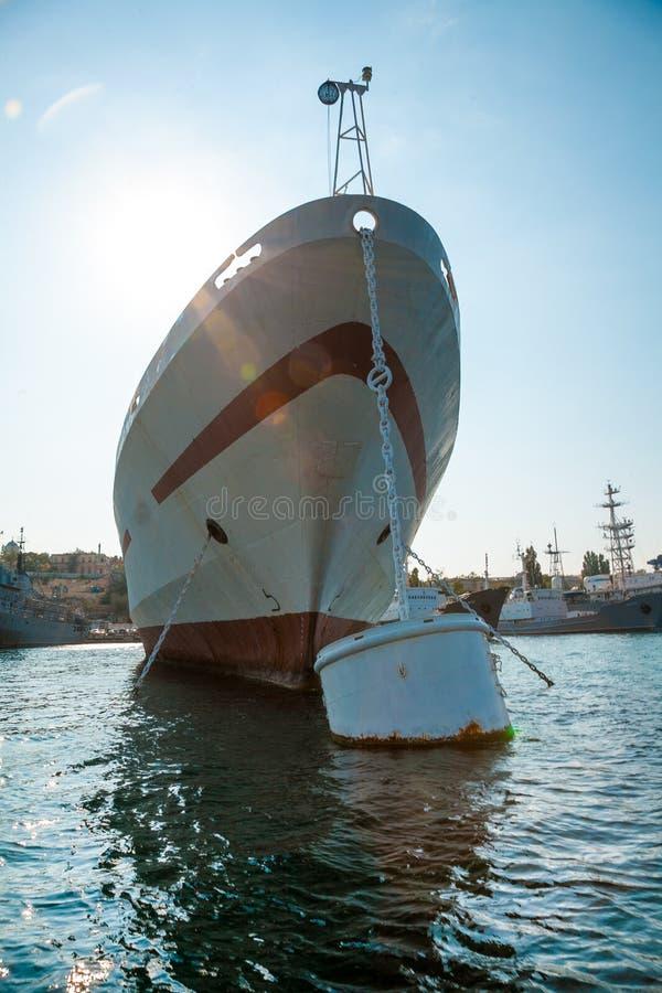 Stort skepp som förtöjer i hamn royaltyfri bild