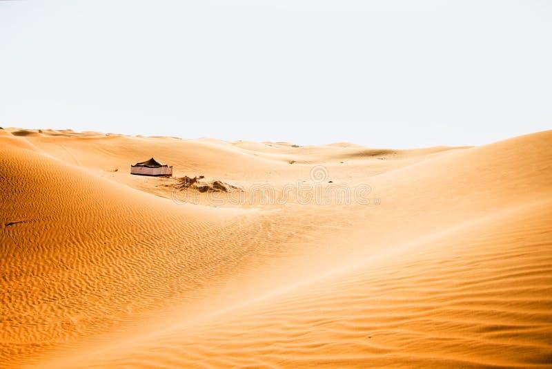 Stort tält i en öken arkivfoton