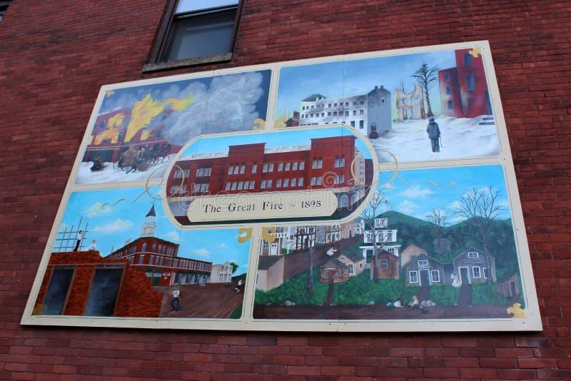 Stort tecken som visar platser av historia på tegelstenbyggnad, Hamilton, New York, 2019 royaltyfria bilder