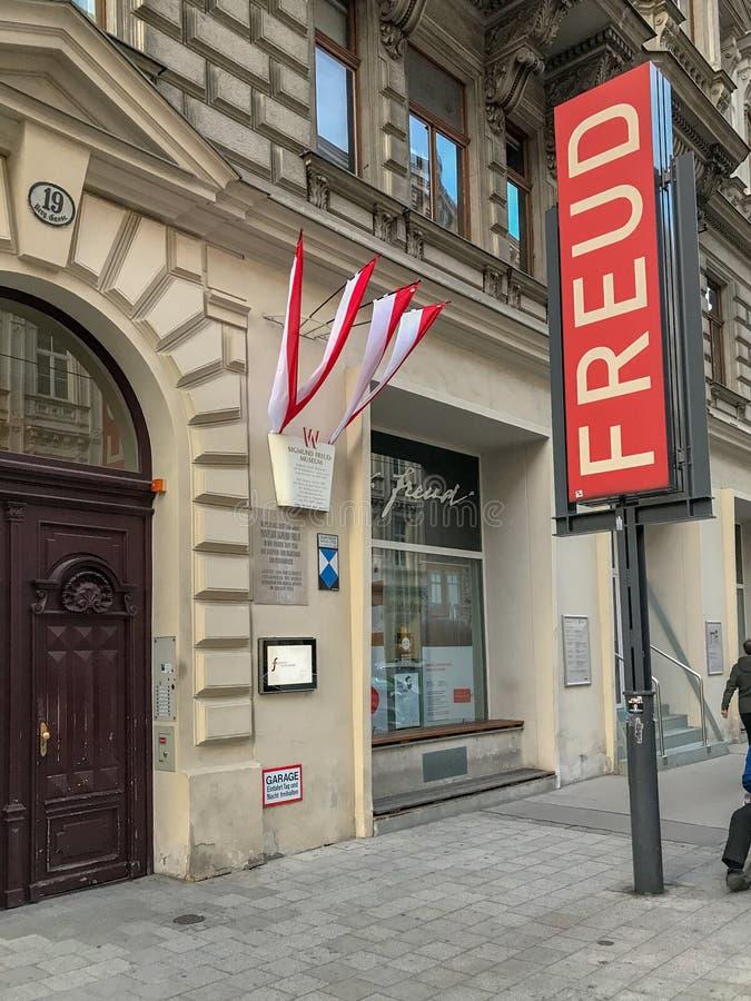 Stort tecken utanför det Freud museet, Berggasse 19, Wien, Österrike royaltyfri foto