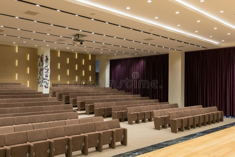 Stort tomt modernt möte, konferenskorridor royaltyfri foto