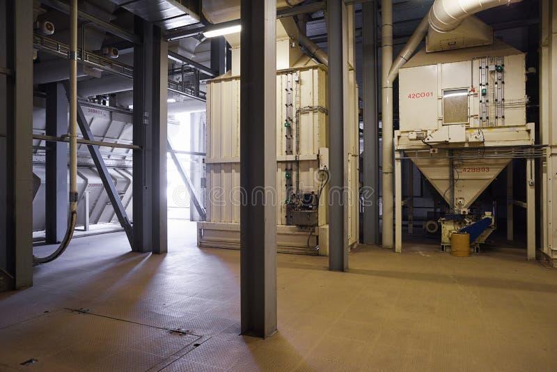 Stort tomt seminarium för att bearbeta korn i modern fabrik industriell interior arkivbild