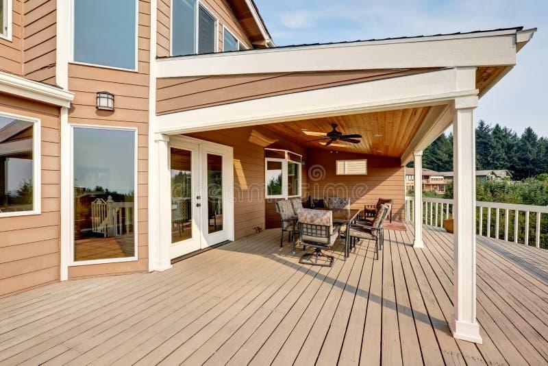 Stort trästrejkdäck med förlängning för plant tak arkivfoto