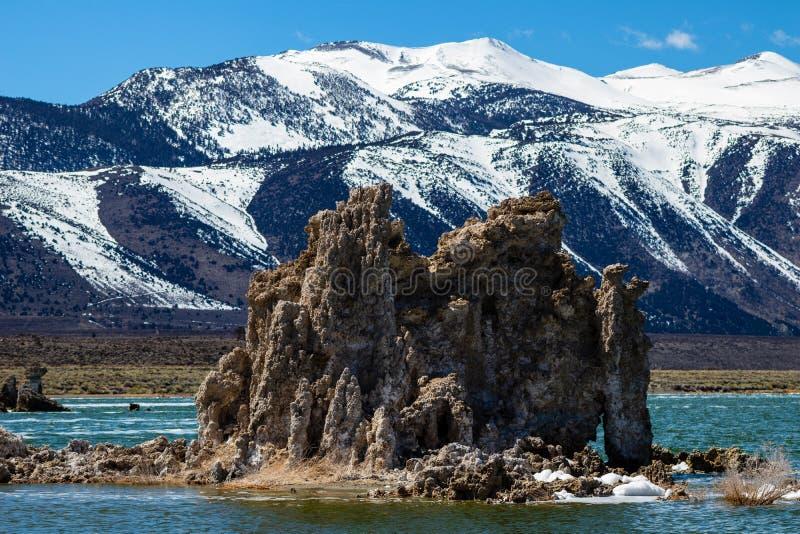 Stort tufabildande på den mono sjön Kalifornien fotografering för bildbyråer
