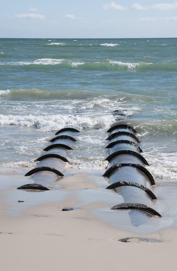 Stort utflöde leda i rör urladdning av utflödet in i havet royaltyfri fotografi