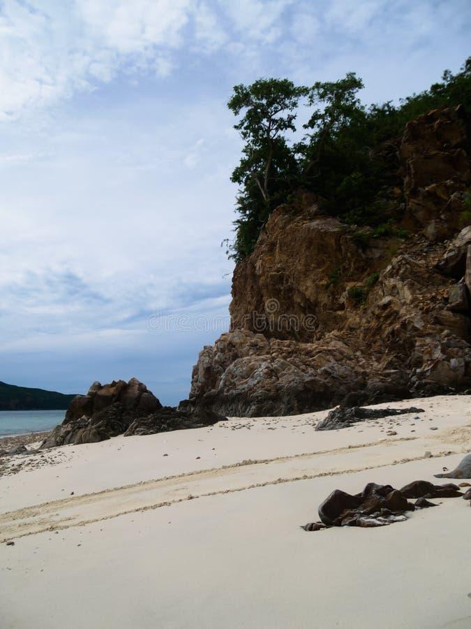 Stort vagga klippor på stranden på himlen och molnbakgrunden arkivbild