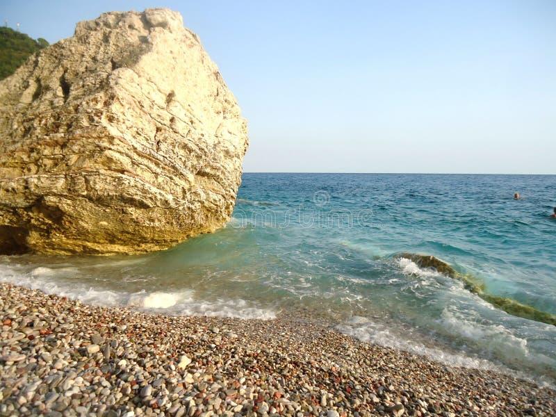 Stort vagga på en kust med horisont i Montenegro royaltyfri fotografi