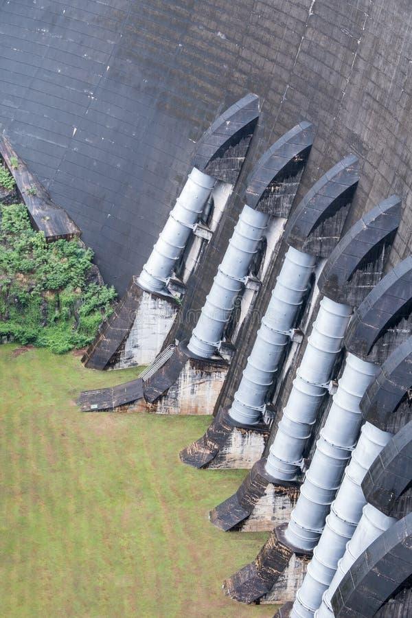 Stort vattenrör från fördämningväggen royaltyfria foton
