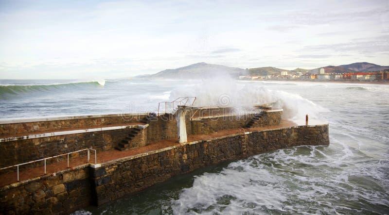 Stort vinkar på Zarautz port royaltyfri bild