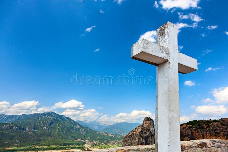 Stort vitt träkors på himmelbakgrunden royaltyfri foto
