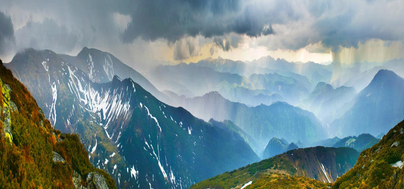 Stortbui in bergen royalty-vrije stock foto's