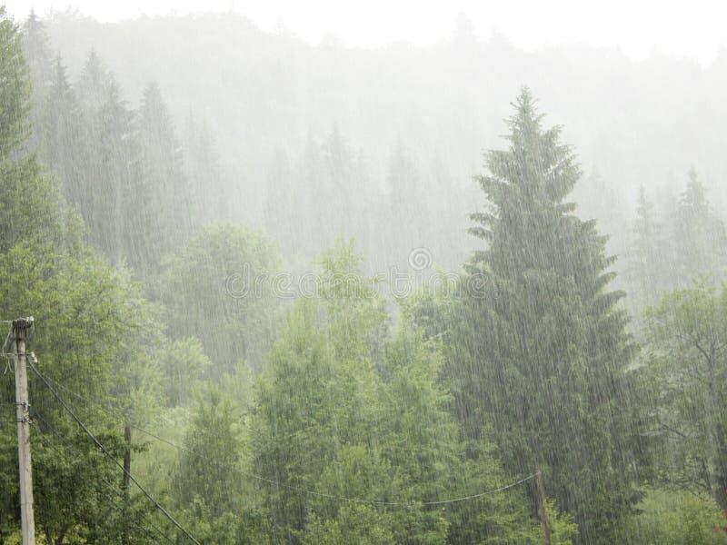 Stortbui in de bergen royalty-vrije stock fotografie