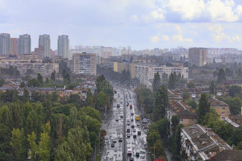 Stortbui over woonwijken en straten van de oude stad stock afbeeldingen