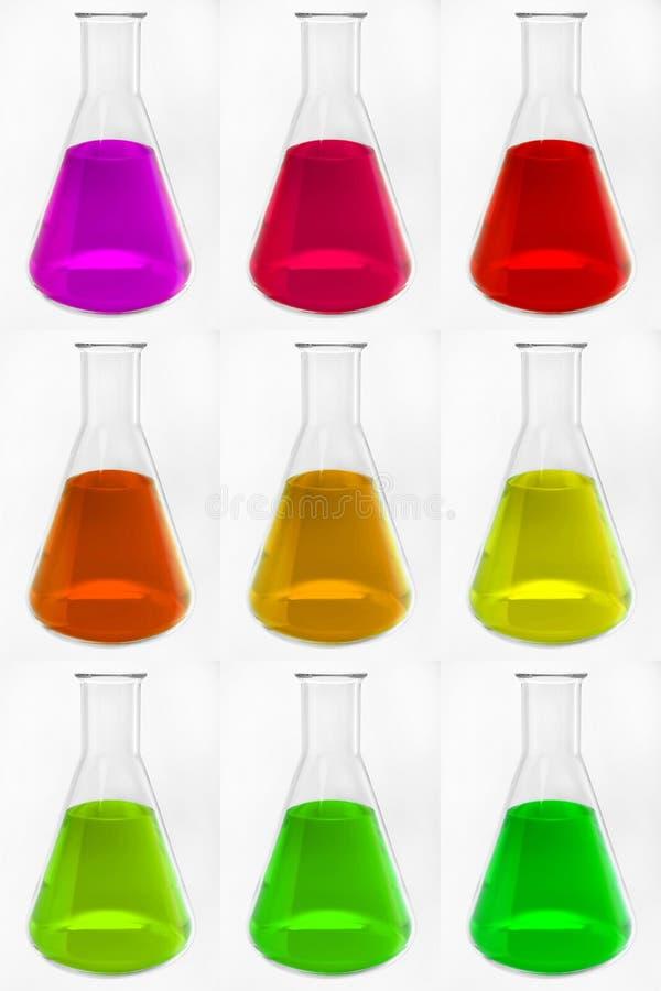 Storte di vetro chimiche con liquido variopinto illustrazione vettoriale