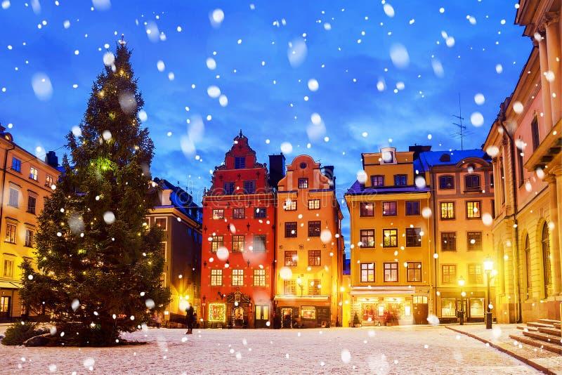 Stortorgetvierkant aan Kerstmistijd bij nacht, Stockhol wordt verfraaid die royalty-vrije stock foto's