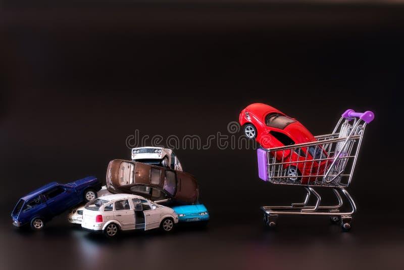 Stortplaats van de oude gebroken auto in de kar bij de supermarkt stock foto's