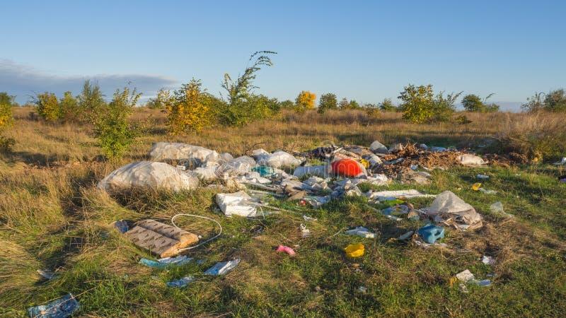 Stortplaatsafval in aard Probleem van verontreiniging stock afbeeldingen