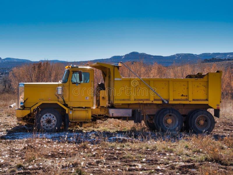 Stortplaatsvrachtwagen op het Gebied royalty-vrije stock afbeeldingen