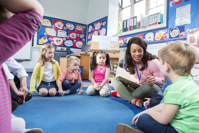 Storytime alla scuola materna fotografia stock