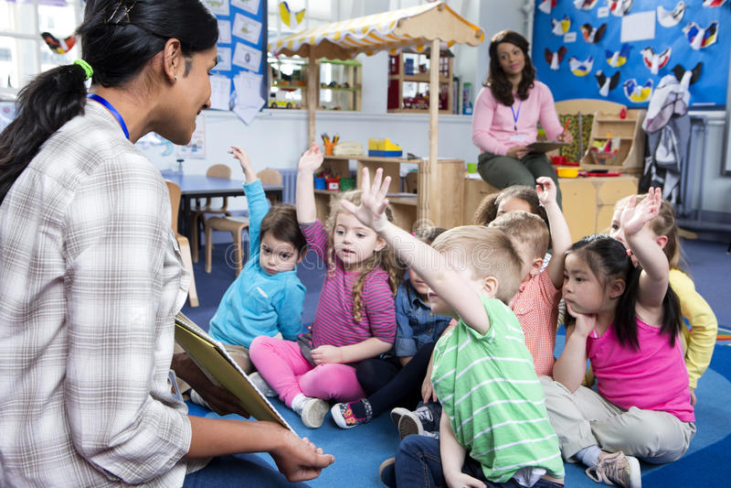 Storytime an der Kindertagesstätte lizenzfreies stockbild