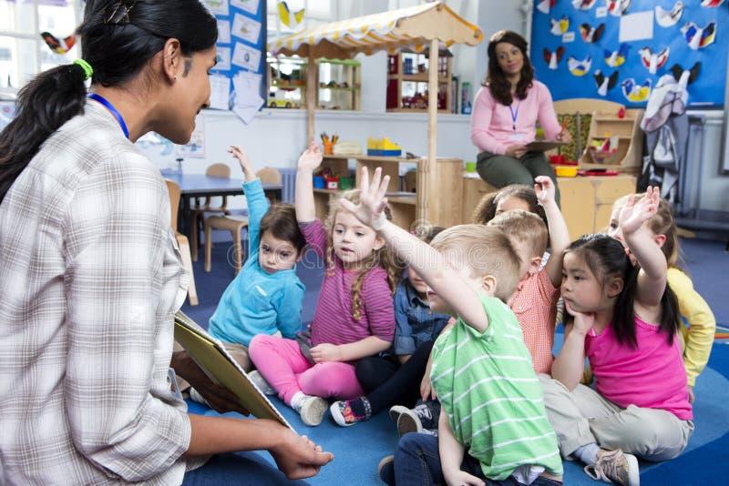 Storytime en el cuarto de niños imagen de archivo libre de regalías