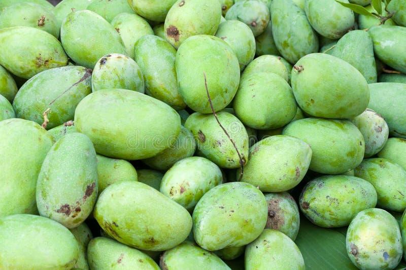 Stos świeża zielona mangowa owoc w rynku zdjęcie stock