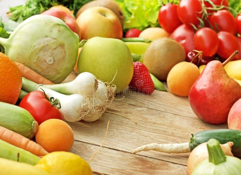 Stos świezi owoc i warzywo zdjęcia royalty free