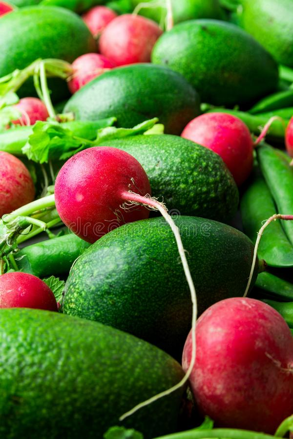 Stos świezi surowi dojrzali czerwonych rzodkwi grochów avocados Organicznie produkt spożywczy balansował dieta weganinu styl życi fotografia stock