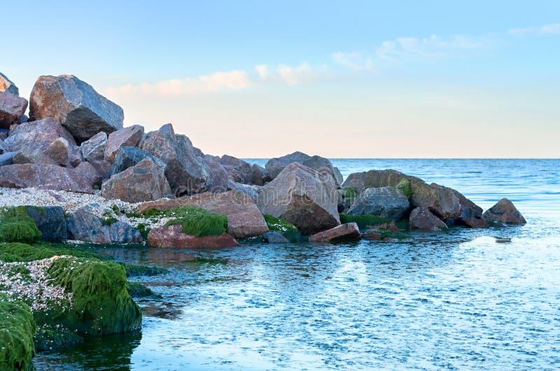 Stos ampuła kamienie na plaży fotografia stock