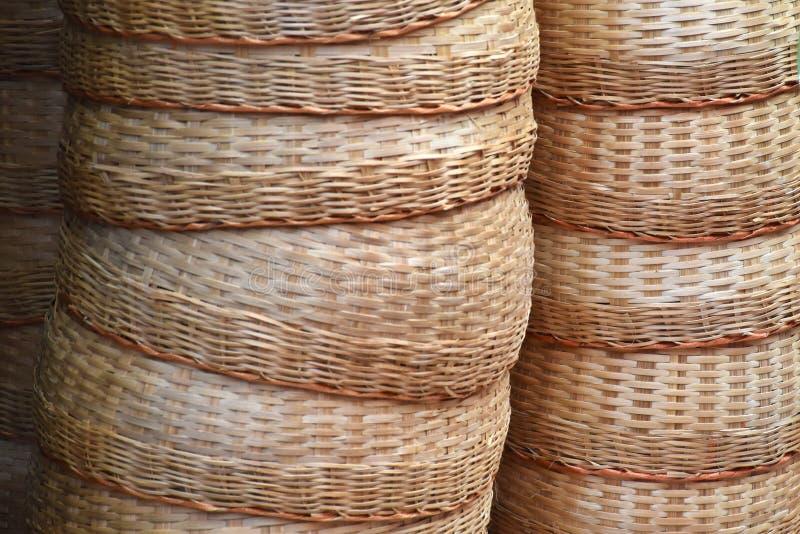 Stos Bambusowy koszykowy ręcznie robiony w rynku dla sprzedaży zdjęcie royalty free