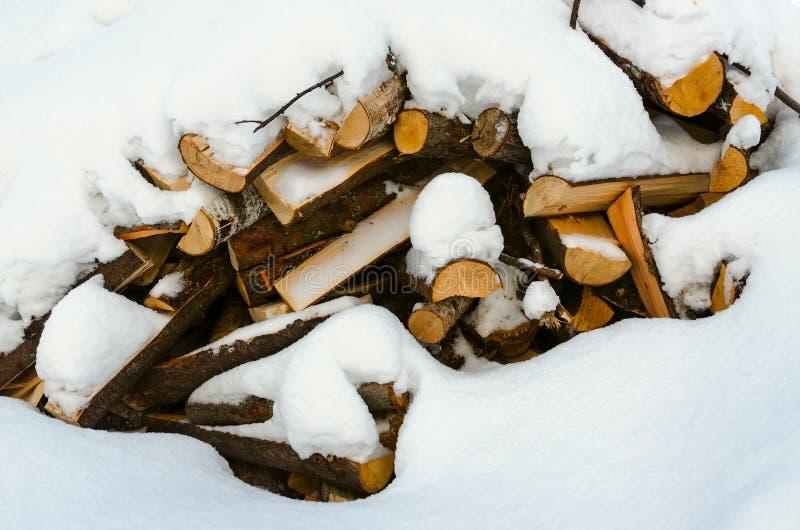Stos bele pod śniegiem zamkniętym w górę obrazy stock