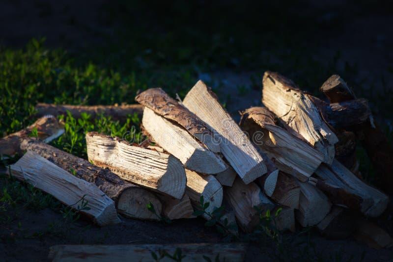 Stos brogująca łupka, przygotowywający dla ogrzewać dom Zbierać pożarniczego drewno dla zimy lub ogniska obraz royalty free