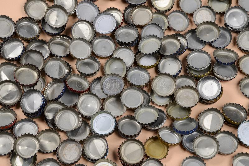 Stos butelek nakrętki na nagim tle zdjęcie stock