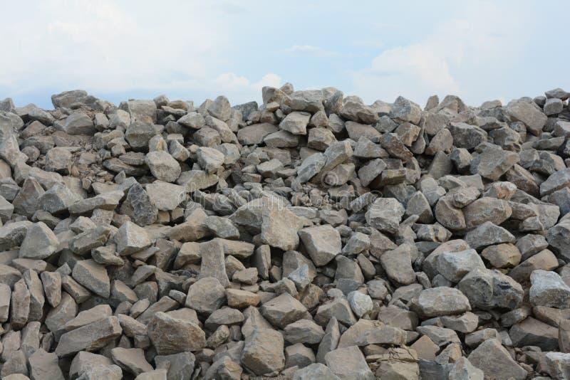 Stos cegły pod niebem zdjęcia stock
