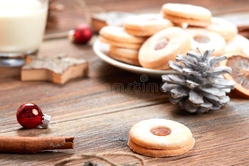 Stos ciastka na bielu talerzu na drewnianym stole fotografia stock