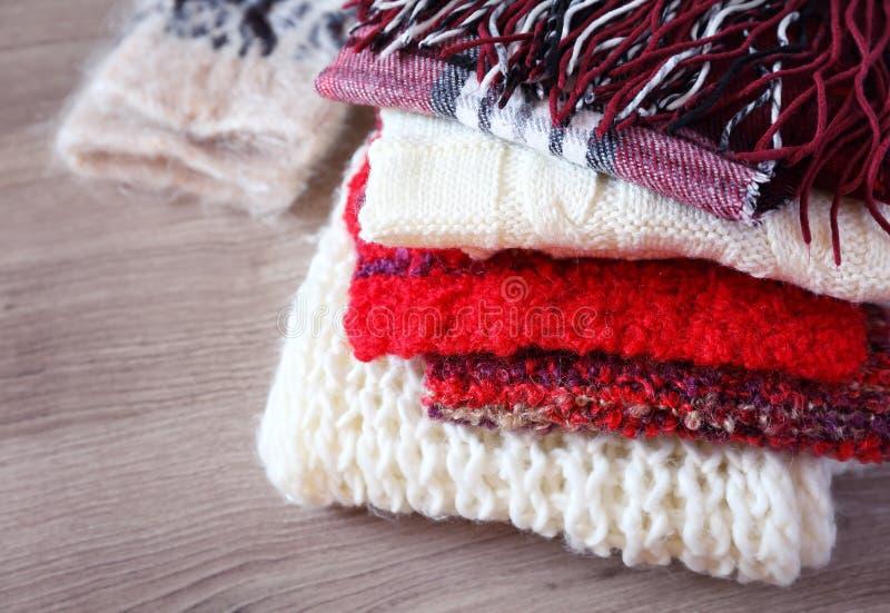 Stos ciepli trykotowi woolen scarves i mitynka składamy w jeden fotografia royalty free