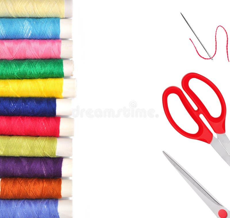 Stos coloured bobiny niciane lurex i czerwony nożyce isolat zdjęcie royalty free